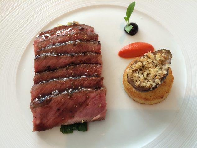 Entrecôte vom US-Beef mit Polenta, Mini-Aubergine, fermentiertem Knoblauch und Chili-Jus