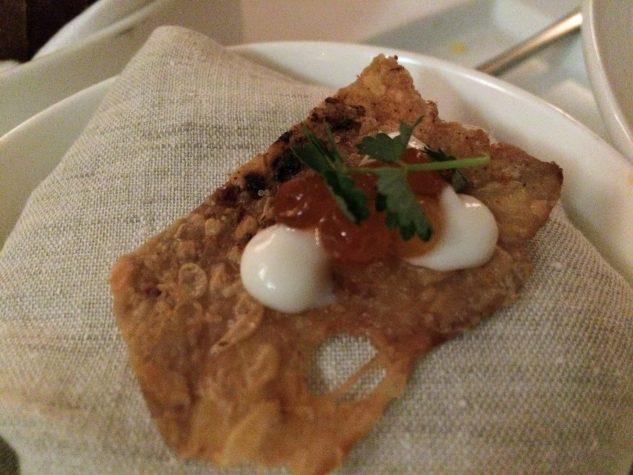 à part dazu: Hühnerhaut mit Keta-Kaviar & Lorbeercreme
