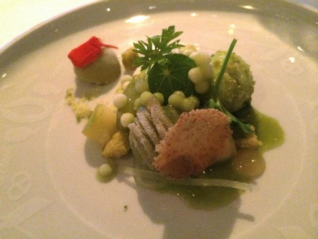 Salat mit Sellerie, Apfel, Pistazie und Kalamansi