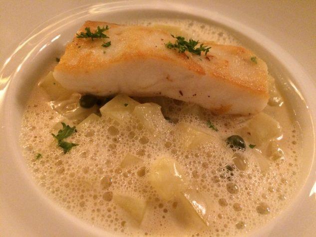 Gebratener Atlantik-Steinbutt auf Beurre Blanc und Kartoffel-Kapern-Ragout