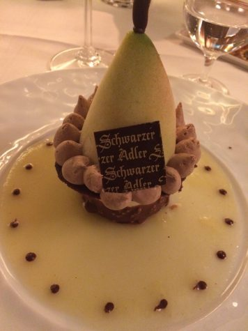 """Die """"knusprige Birne"""" mit Vanilleparfait, flüssigem Karamell und Birnensorbet"""