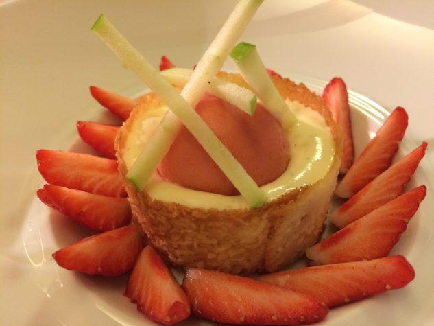Gariguettes-Erdbeeren & Rhabarber Ragout in der Kokoshippe mit Rosenemulsion