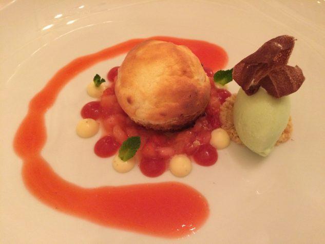 Soufflierter Rhababer-Bisquit auf Erdbeer-Salpicon mit Basilikumeis