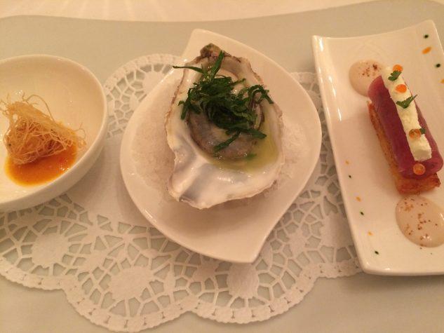 Gebackene Edelfischpraline auf Mango-Chutney / Gillardeau-Auster mit Holunderblütenessig und Minze / Thunfischtatar auf Rösti