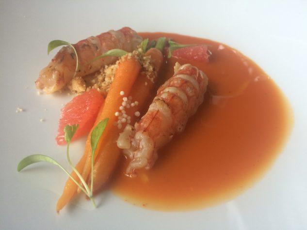 """Karotte"" / Glasiert / Sud mit Mumbai Curry / Haselnuss / Grapefruit / Rote Salzwassergarnele geflämmt"
