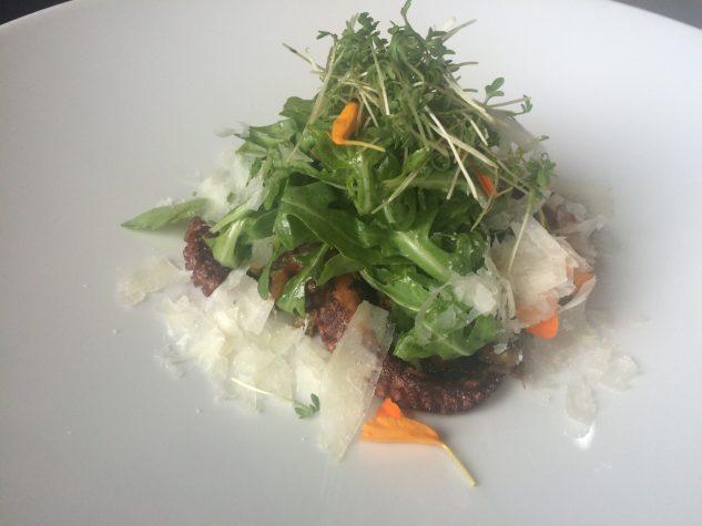 Pulpo mit Feldsalat und Parmesan