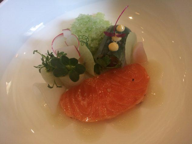 Prolog 4: Lachs-Tataki mit gepickeltem Daikon & Shisomarinade