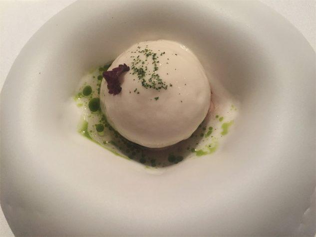 Pré-Dessert: Purple Miso Eis, Espuma von der japanischen Kirschblüte, Gurkensud