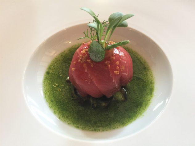 Balfego Thunfisch, Kombualge, geröstete Edamame und grüne Gazpacho