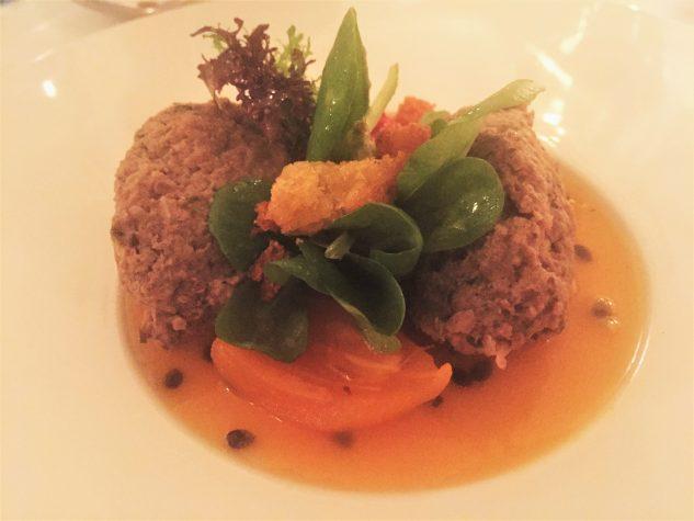 Hirschlebernockerl mit Mispeln, Passionsfrucht und Vogerlsalat