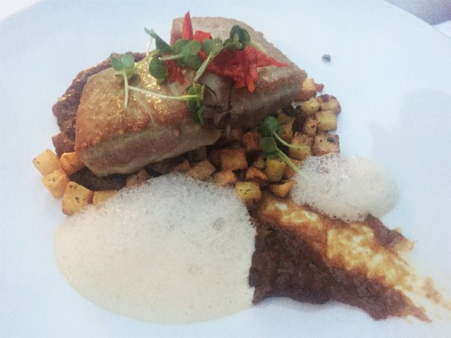 Kurz gebratener Tunfisch mit Zwiebelcreme, Koriander-Kartoffeln und milde Chili