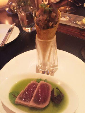 Zweierlei vom Thunfisch , Gurkenrisotto und Sauerrahmmousse im Curry-Cone