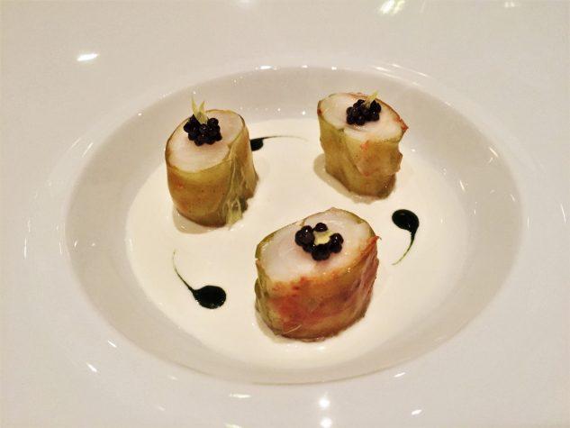 Große Langustinen, Kaviar, leicht gekocht, kalt serviert Yuzu und frischer Sellerie Geschmack