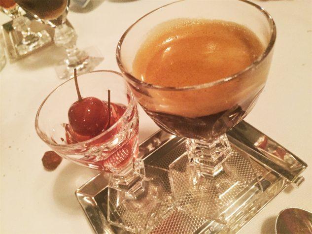 Kaffee, eingelegte Kirschen