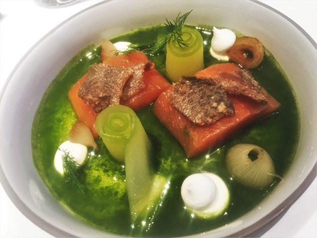Geflämmtes Sashimi von der Forelle, Dillsud, Meersalz-Joghurt, geröstete Forellenhaut, Perlzwiebeln