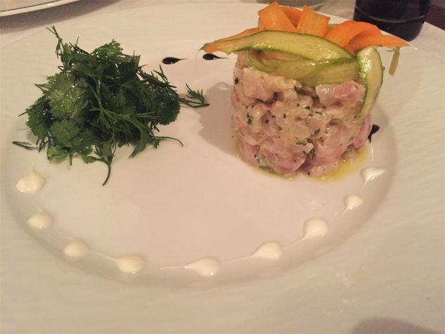 Tartar vom Wolfsbarsch und geräuchertem Aal, Kräutersalat, Yuzucreme