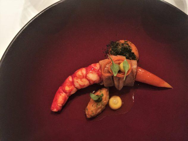 Rote Garnele & geschmorter Schweinebauch / Sauce Mechouia, fermentierte Karotten, Koriander & Ingwer