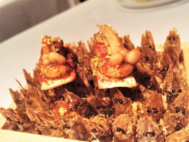Amuse Bouche: Flammkuchen, Shrimps, Erdnuss, Enoki