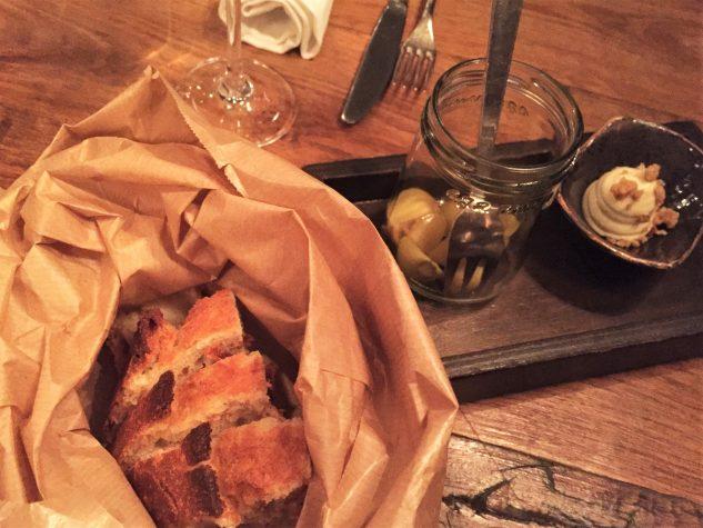 Brot, aufgeschlagene Butter, gepickelte Ziebeln