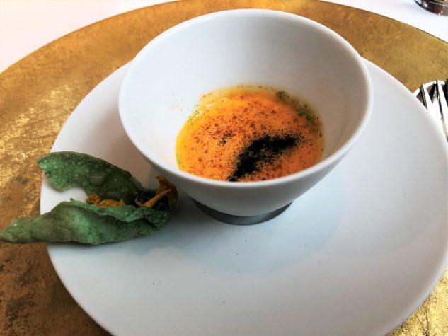 Amuse Bouche: Rühreicreme mit Haselnüssen, Petersilienchip mit Himbeer-Kaviar