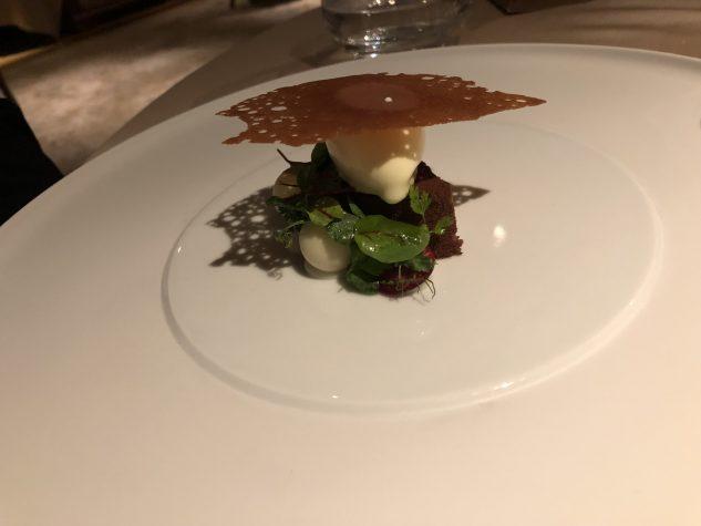 Mousse von Caraibe und Dulce Schokolade / Lorbeercremeeis gesalzenes Limettenkaramell, Zaunerbse, Blutampfer