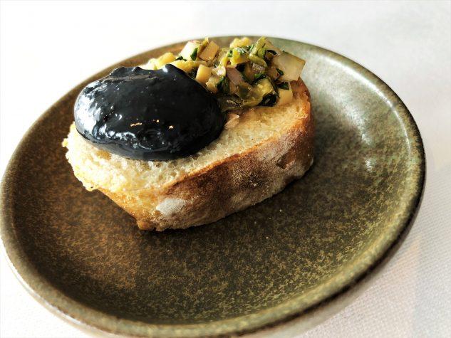 ...angemacht mit schwarzer Olivencreme & grünen Oliven und Anchovis