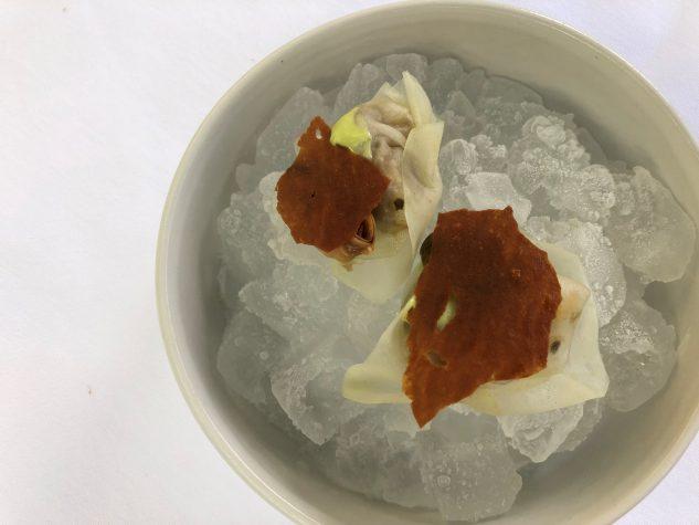 Amuse Bouche #1: Kimchi, Kohlrabi, Muschel, Hühnerhaut