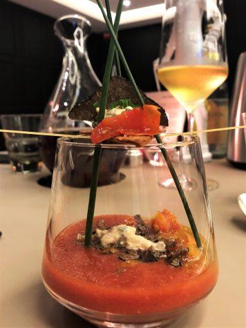 Gazpacho von Coeur de Boeuf-Tomate mit Sommertrüffel, Frischkäse, Vinaigrette von rotem Curry und Schnittlauch