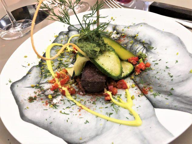 Paleron vom Black Angus, Knoblauch-Dill-Pesto, Püree von Tandoori und Pistazie, Zucchini
