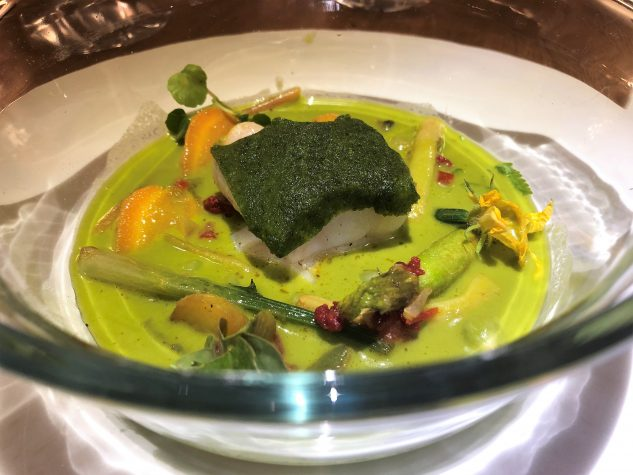 Cocotte mit Minigemüsen von Benoît und geangelter Seelachs mit Kräuterhaube und einer Kressesuppe