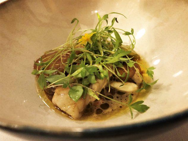 Saisonaler lokaler Fisch / Bouillon von Vadouvan / Pfifferlinge / Grüne Tomaten