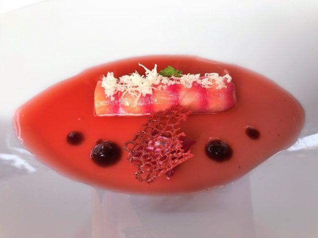 Mit Rote Bete marinierter Lachs mit Meerrettich und Hibiskus-Granatapfelsud