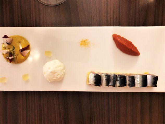 Die Sardine - Mit Kalamansi mariniert, Zwiebel- und Tomatenconfit, Wermut-Espuma