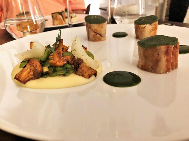 Das Suprême vom Perlhuhn mit Kräuterkruste - Pfifferlinge und Bohnen, Mousseline von Borlottibohnen, Petersiliencoulis
