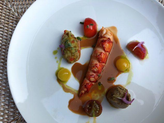 Salat vom Hummerschwanz, sommerliche Vinaigrette, Auberginenkaviar, erste Tomaten