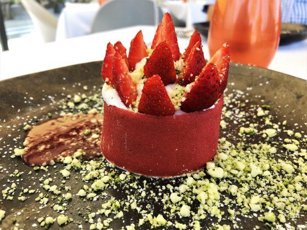 Erdbeeren aus erster Ernte, Banyuls-Kompott, Erdbeersorbet, Buchweizenstreusel