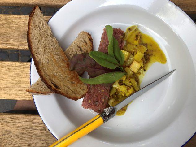 """Frühstück: """"Stolz der Queen"""" - Hausgemachtes Corned Beef vom Kalb / Spicy Picalilli / Röstbrot"""