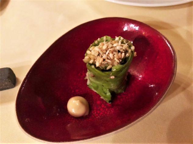 Roll von Kopfsalat, Garnelen und Sellerie, dazu asiatische Mayonnaise