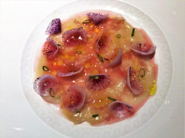 Crudo: Jakobsmuschel, gesalzenes Pflaumen- und Tomatenwasser, fermentierte Anchovis, Meerrettich & lila Rettich