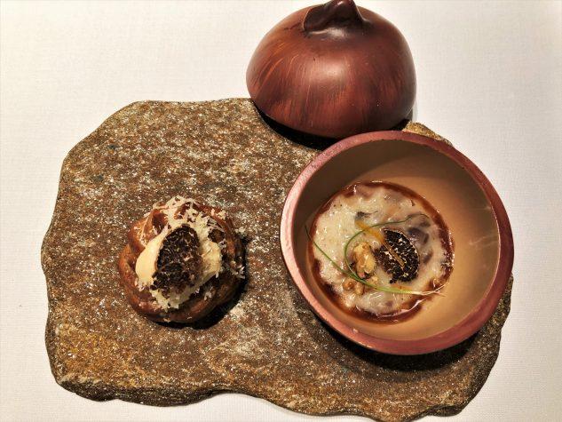 Gougère mit Comté und weißem Trüffel / Zwiebeltexturen in Risottoart mit Parmesan und weißem Trüffel