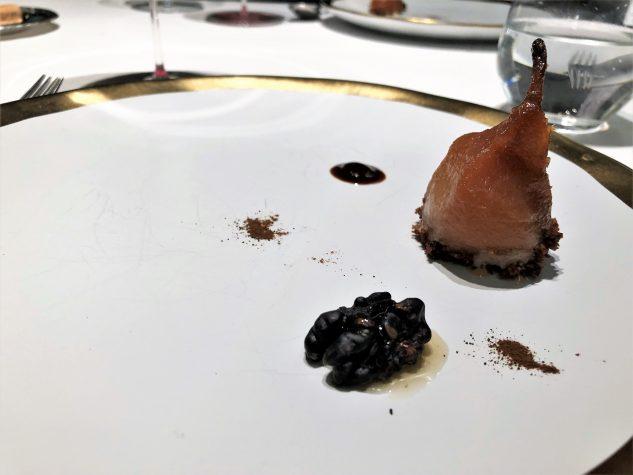 Karamellisierte Birne mit fermentierter Nuss und Lakritz