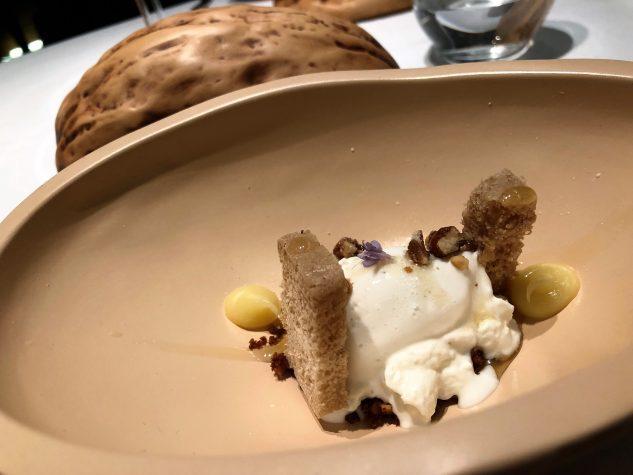 Karamellisierte Nüsse mit weißer Schokolade und weißem Trüffel, Honig und Frischkäse