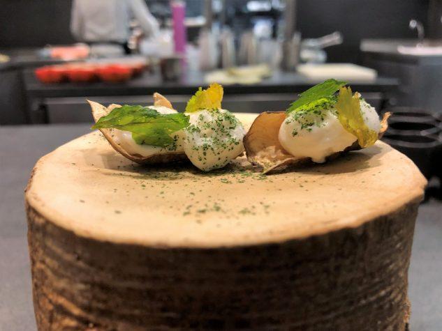 Topinamburrinde mit Selleriechip, Parmesan