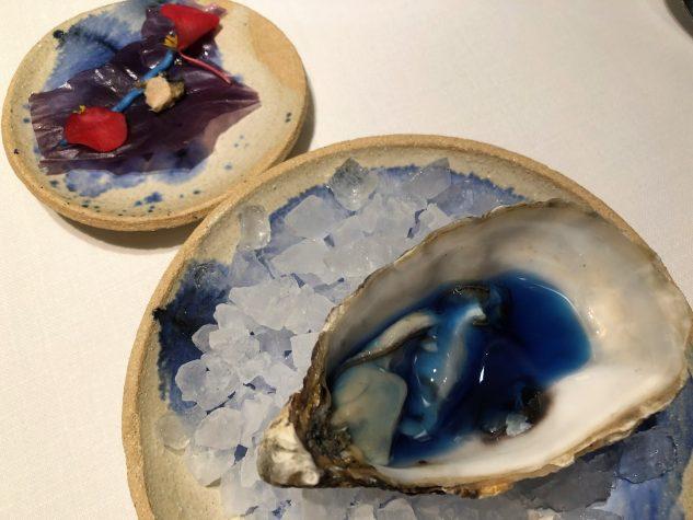 Blaue Auster mit knuspriger lila Kartoffel