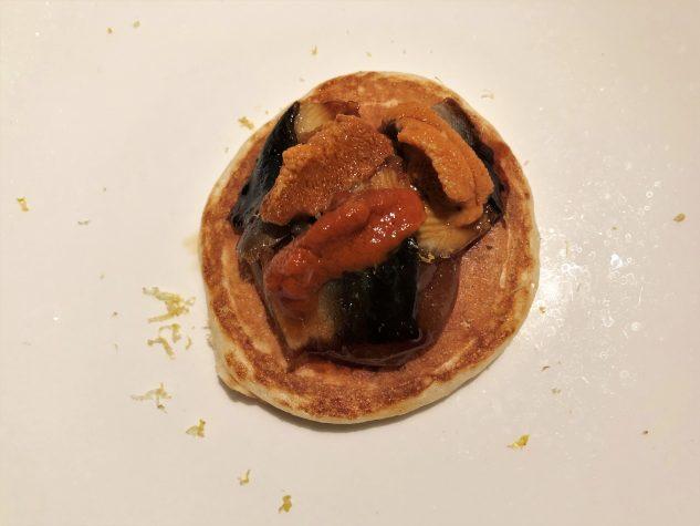Blini mit Aal, Seeigel und Bergamotte