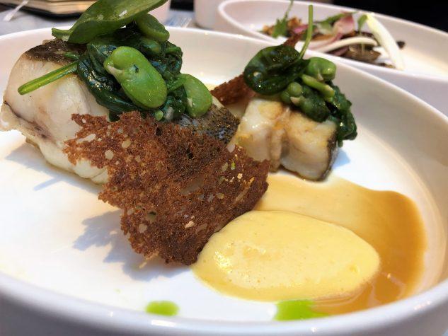 Glattbutt am Knochen, Krustentierjus, Spinat, Kartoffel, Olivenöl