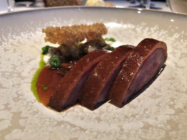 Knusprige Ente, gebratene Aubergine, Tulpenzwiebel, Granatapfel Jus & schwarze Olive