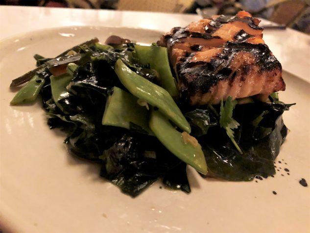 Gegrillter Lachs, Wakame Salat, eingelegte Gurke