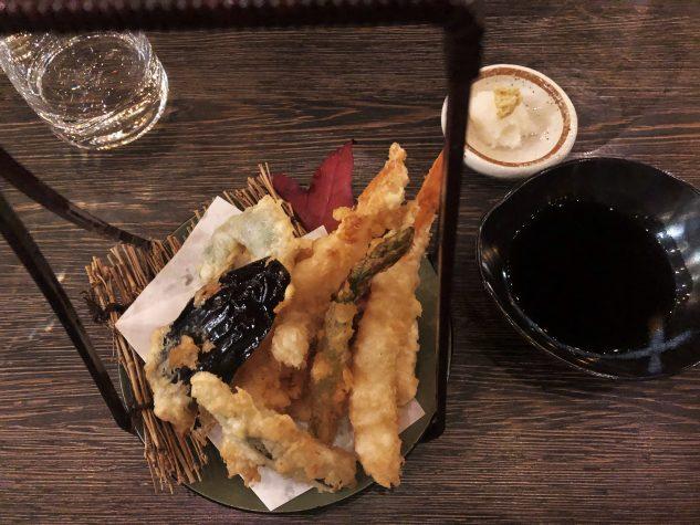Tempura: frittierte Garnele, Fisch und Gemüse