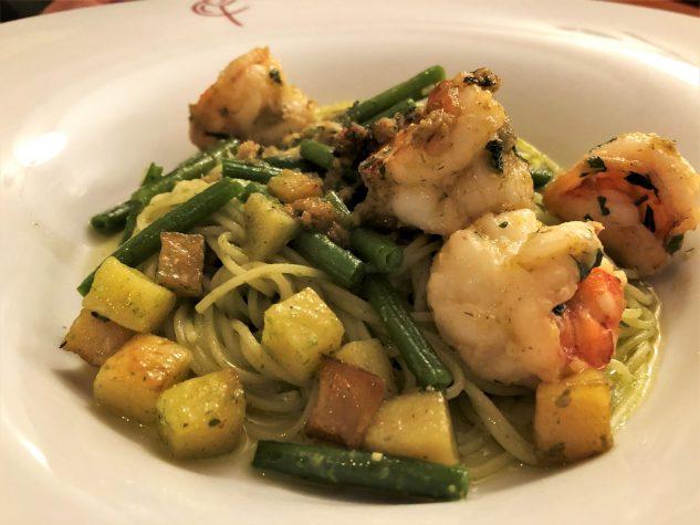 Spaghettini an Pesto von Genueser Basilikum und Gambas in wildem Fenchel geröstet